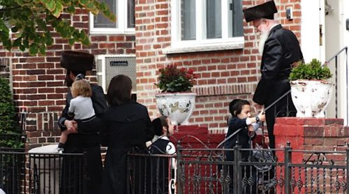 hasidic-family-scene-borough-park-hasidic-dist-1423590192