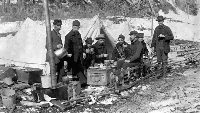 ca. 1897, Yukon Trail, Dyea Valley, Alaska Territory, USA --- Prospectors Lunching --- Image by © CORBIS