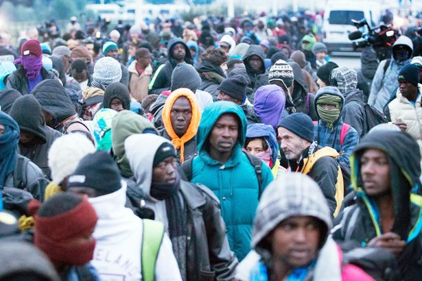 migrants-leave-the-jungle-refugee-camp-in-calais